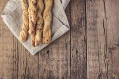 Petisco de varas de pão de Grissini em um espaço liso da cópia de Tapas Bar Homemade Bread Sticks Layuot do fundo de madeira foto de stock