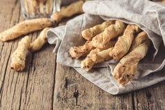 Petisco de varas de pão de Grissini em um espaço de madeira da cópia de Tapas Bar Homemade Bread Sticks do fundo foto de stock