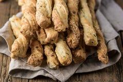 Petisco de varas de pão de Grissini em um fim de madeira de Tapas Bar Homemade Bread Sticks do fundo acima da foto horizontal foto de stock royalty free