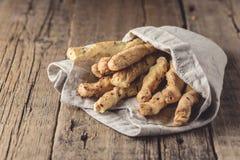 Petisco de varas de pão de Grissini em um lugar de madeira de Tapas Bar Homemade Bread Sticks do fundo para o texto fotografia de stock