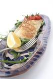 Petisco dos peixes na bandeja cerâmica; ângulo próximo, baixo Fotografia de Stock Royalty Free