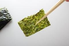 Petisco friável profundo de Fried Green Seaweed Thin Chips do nori fotos de stock royalty free