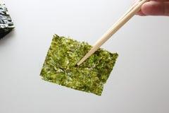 Petisco friável profundo de Fried Green Seaweed Thin Chips do nori fotografia de stock