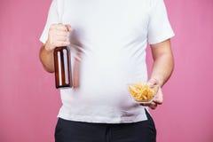 Petisco insalubre homem gordo com cerveja e fast food foto de stock royalty free