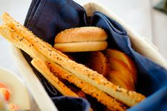 Petisco italiano tradicional, pão - grissini Imagem de Stock