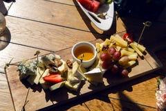 Petisco que encontra-se no bufete da tabela com queijo Foto de Stock