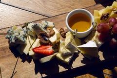 Petisco que encontra-se no bufete da tabela com queijo Foto de Stock Royalty Free