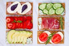 Petisco saudável fresco do aperitivo com pão estaladiço, frutos, bagas, hamon e queijo Fotografia de Stock