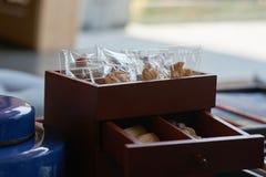 Petisco tal como as cookies, desertos tailandeses na caixa da gaveta na tabela fotografia de stock royalty free