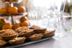 Petiscos ajustados Bruschetta, canapes, saladas, sobremesas, tartlets, ostras na tabela Imagens de Stock Royalty Free