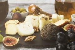 Petiscos com vinho - vários tipos de queijos, figos, porcas, mel, Fotos de Stock
