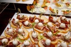Petiscos de abastecimento do serviço do grupo da tabela vários em uma tabela no banquete Ajuste dos petiscos frios, canape, bebid foto de stock royalty free