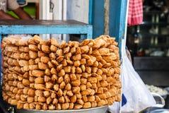 Petiscos de Khaja, fritos mergulhados Dunked em Sugar Syrup, para a venda na loja imagem de stock royalty free