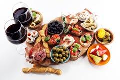 Petiscos italianos do vinho dos antipasti ajustados Variedade do queijo, azeitonas mediterrâneas, salmouras, di Parma do Prosciut imagens de stock royalty free