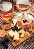 Petiscos para o vinho na tabela Fotos de Stock