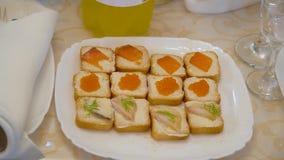 Petiscos saborosos com o caviar na placa catering vídeos de arquivo