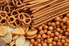 Petiscos salgados Biscoitos, pretzel, palhas salgadas, porcas Comida lixo para a cerveja ou a cola Fotografado com luz natural Imagem de Stock