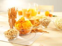 Petiscos salgados. Pretzeis, microplaquetas, amendoins, biscoitos. Foto de Stock Royalty Free