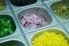 Petiscos vegetais na janela da loja imagem de stock royalty free