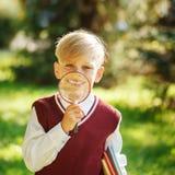 Petit écolier de portrait sur le fond de nature Enfant avec des livres Photo libre de droits