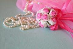 Petit équipement de partie de filles : fleurs de couronne et de baguette magique sur la table en bois costume de demoiselle d'hon photographie stock