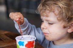 Petit été de crème glacée de consommation d'enfant en bas âge Photos libres de droits
