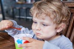 Petit été de crême glacée de consommation d'enfant en bas âge Images stock