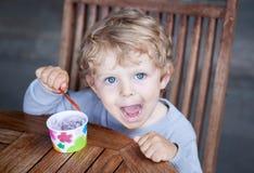Petit été de crême glacée de consommation d'enfant en bas âge Image libre de droits