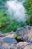 Petit étang de roche dans la forêt tropicale du Cameroun, Afrique avec le nuage brumeux, le vert luxuriant et les cascades à l'ar Photographie stock
