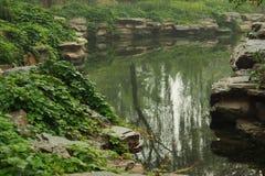 Petit étang en parc de Pékin Images libres de droits