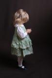 Petit ange mignon dans la robe verte Photographie stock