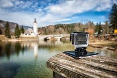Petit appareil-photo d'action filmant le mouvement lent de paysage gentil dehors photographie stock