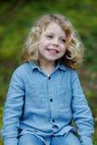 Petit apprécier d'enfant d'un jour ensoleillé photographie stock libre de droits