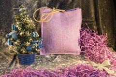 Petit arbre de Noël sur le fond pour des cartes postales et des salutations Photo stock
