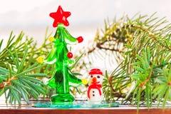 Petit arbre en verre décoratif de bonhomme de neige-jouet et de Noël Images stock