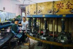 Petit atelier de chaussure ambiant peu amical Images libres de droits