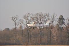 Petit atterrissage d'avion de Cessna Photos libres de droits