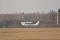 Petit atterrissage d'avion de Cessna Photographie stock