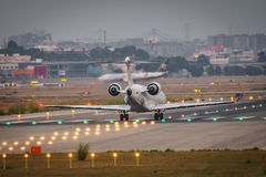 Petit atterrissage moderne de jet dans l'aéroport Photographie stock
