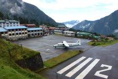 Petit atterrissage plat à l'aéroport de Tenzing-Hillary dans Lukla, voyage de camp de base d'Everest, Népal Photos libres de droits