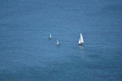 petit avant l'immensité de la mer image libre de droits