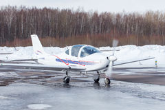 Petit avion à l'aéroport en hiver Images libres de droits