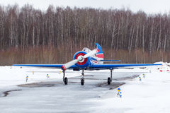 Petit avion à l'aéroport en hiver Photo stock