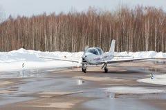 Petit avion à l'aéroport en hiver Image stock