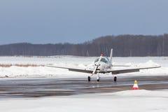Petit avion à l'aéroport en hiver Image libre de droits