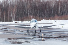 Petit avion à l'aéroport en hiver Photos libres de droits