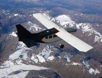 Petit avion au-dessus des montagnes image libre de droits
