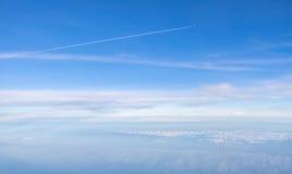 Petit avion dans le ciel illimité au-dessus des nuages Images libres de droits