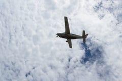 Petit avion dans le plein vol Photographie stock libre de droits
