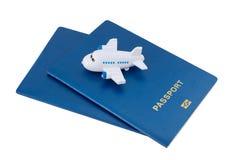 Petit avion de jouet sur les passeports bleus photos stock